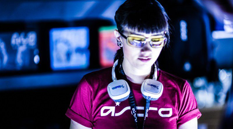 Twitch Streamer Gamer Caster Astro Gaming GEar Headset Shirt Woman Glasses Standing Playing Game Configuration Guideline HD Bandwidth
