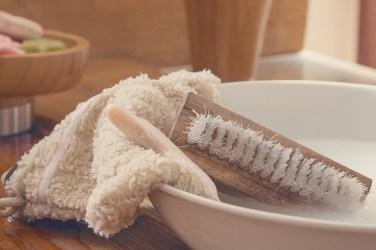 Bist du Gast, solltest du das Abwaschen nach dem Essen ganz selbstverständlich machen.