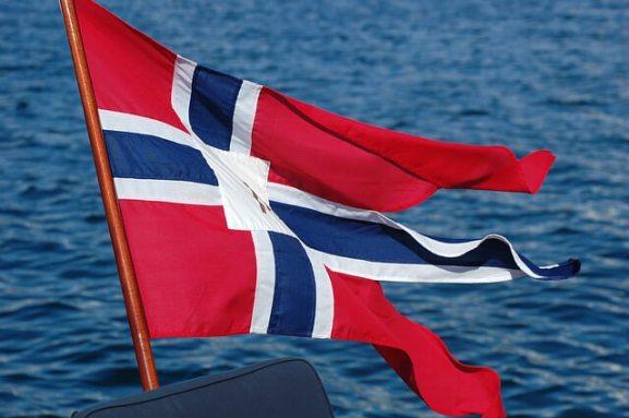 Die norwegische Flagge weht im Wind
