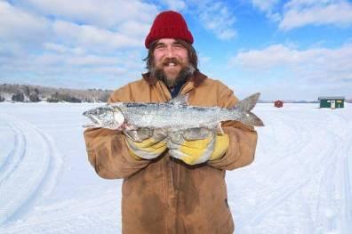 Ein Eisfischer aus Kanada freut sich über seinen Fang