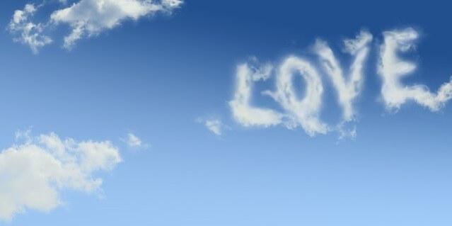 Wolken formen das Wort LOVE am blauen Himmel