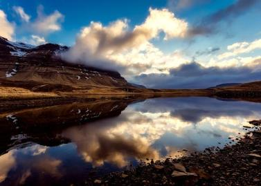 Wolken spiegeln sich in einem See mitten in Island