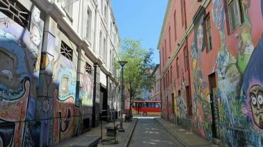 Eine Straße in Chile mit Kunst an den Wänden