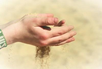手から、こぼれ落ちる砂のように