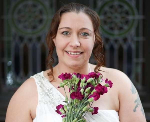 Отчаявшись искать мужа, британка решила выйти замуж за себя