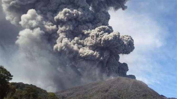 ВГватемале извергающийся вулкан накрыл пеплом близлежащие города