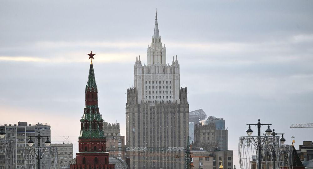 Только 5 чешских сотрудников останутся в посольстве в России среди дипломатического ряда