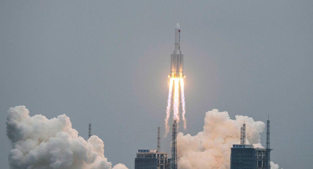Длинный марш 5B: астрофизик фотографирует китайскую ракету на высоте около 700 км над Землей