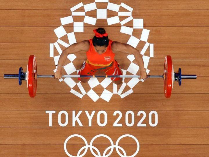Индия выиграла первую медаль на Олимпийских играх в Токио, выиграв серебро у Чану Мирабаи в женской тяжелой атлетике