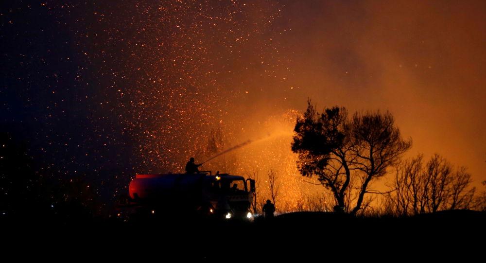 Группа открытого телевидения Греции подверглась нападению во время прямой трансляции лесных пожаров из региона Аттика