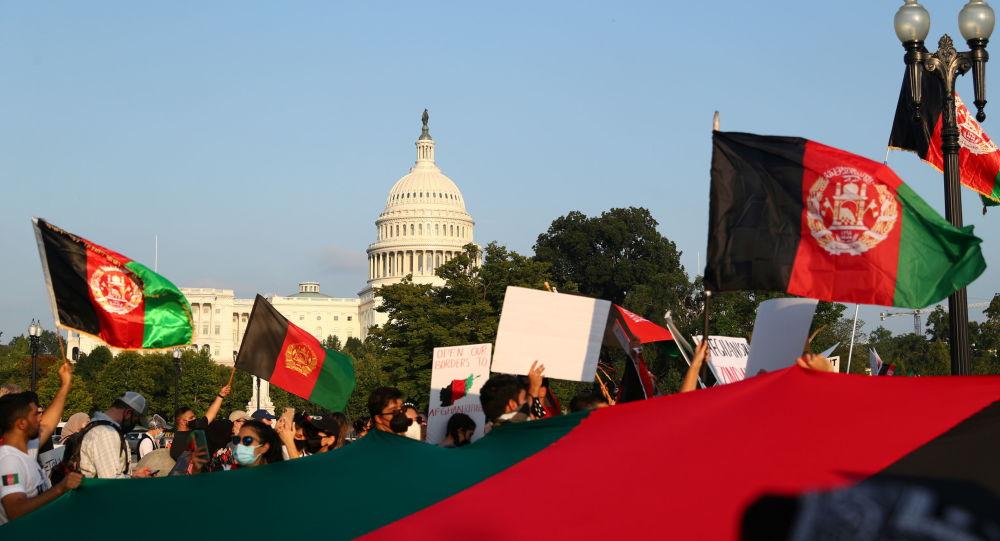 'Мы не забудем': политики ругают Байдена за хаотичный вывод Афганистана, брошенные американцы