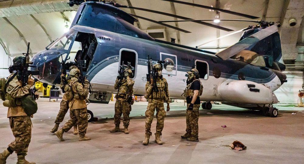 Посмотрите, как боевики Талибана выставляют напоказ форму США, празднуя вывод войск в аэропорту Кабула