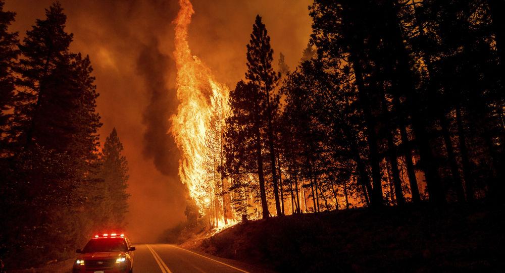 Чудовищная Дикси Пламя опустошает Калифорнию, пока Пламя не сдерживается в нескольких неделях