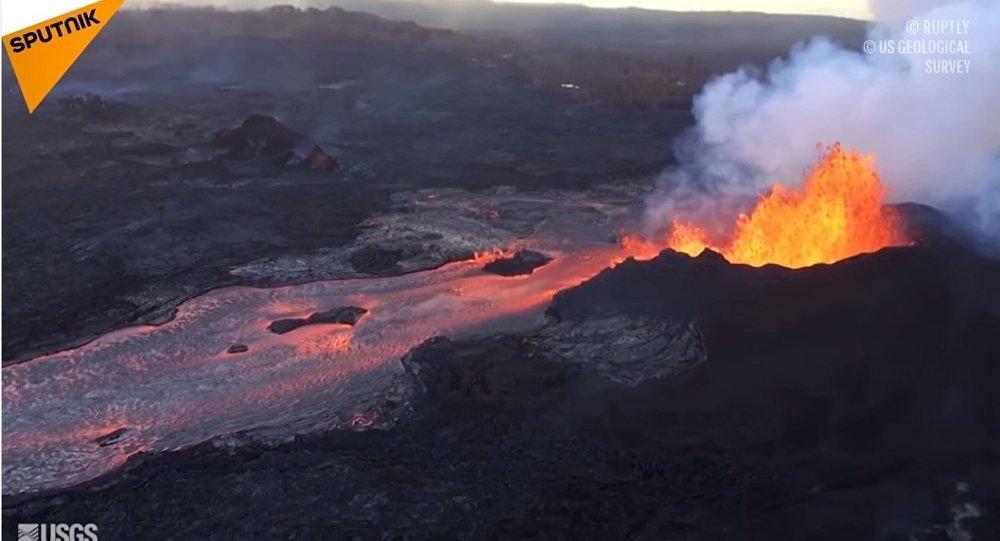 Вулкан Килауэа на Гавайях проявляет активность с более чем сотней небольших землетрясений