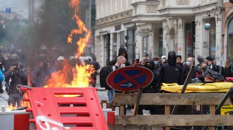 Антифа сжигает баррикады и столкновение с полицией на митинге против суда над левым активистом в Германии