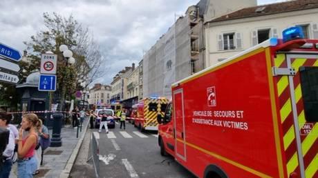 Несколько человек пострадали из-за того, что машины врезались в террасу ресторана во французском Фонтенбло