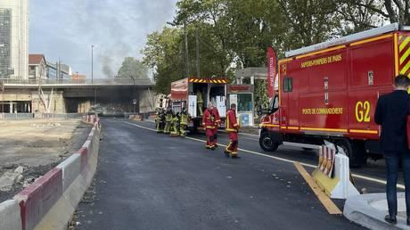 Под парижским мостом вспыхнул пожар, территория оцеплена из-за операций службы экстренной помощи