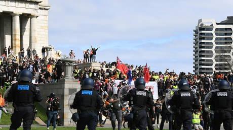 Полиция стреляет резиновыми пулями в демонстрантов в Мельбурне, когда демонстранты штурмуют военный мемориал