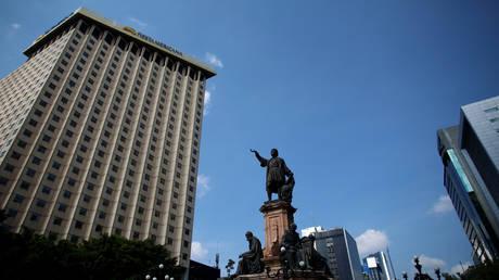 Статуя коренной женщины заменит памятник Колумбу в Мехико