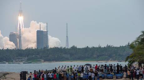 Китай запускает второй пилотируемый полет на космическую станцию Тяньгун