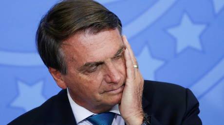 Сенаторы Бразилии голосуют за то, чтобы обвинить президента Жаира Болсонару в преступлениях против человечности за его борьбу с пандемией Covid