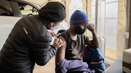 В Южной Африке начнут вводить вакцину Pfizer Covid детям от 12 до 17 лет, чтобы увеличить количество прививок перед экзаменами