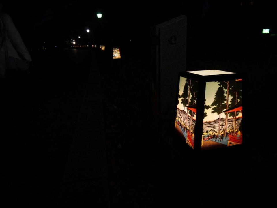 Allée de lanternes dans le parc d'Ueno