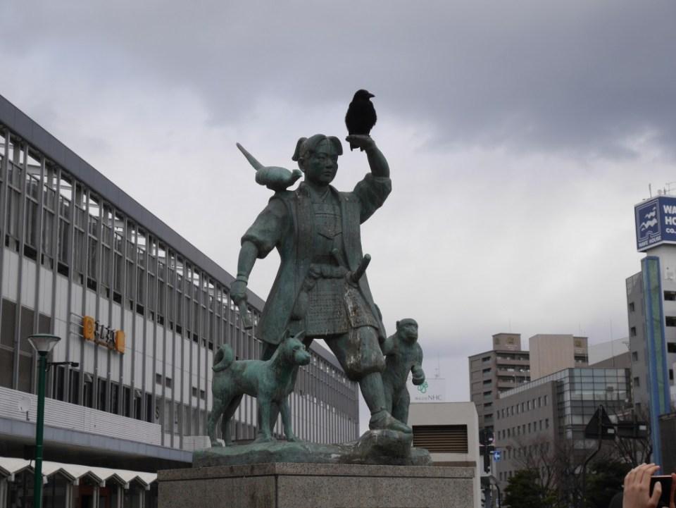 Statue de Momotaro. Dans ma version, il a un corbeau comme compagnon en plus !