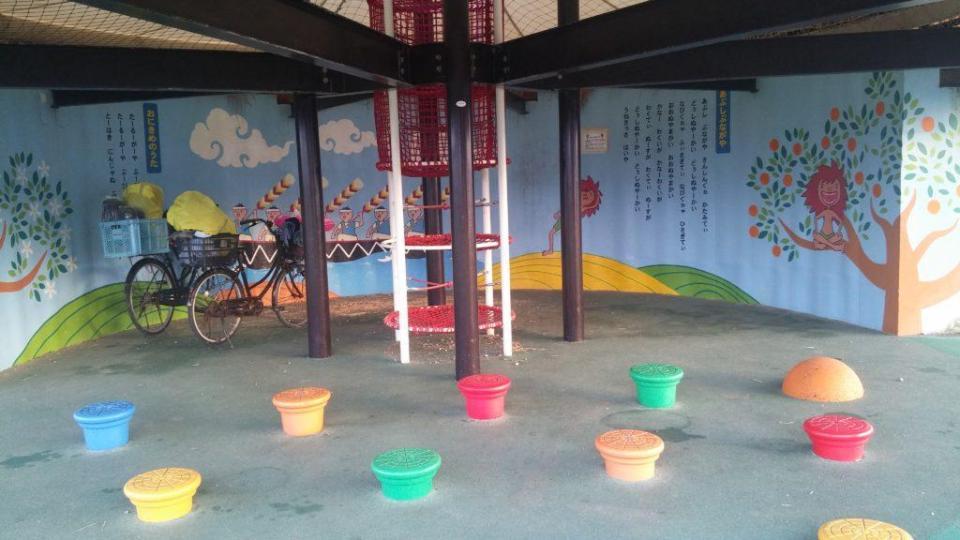 Un autre campement sur une aire de jeux pour enfants