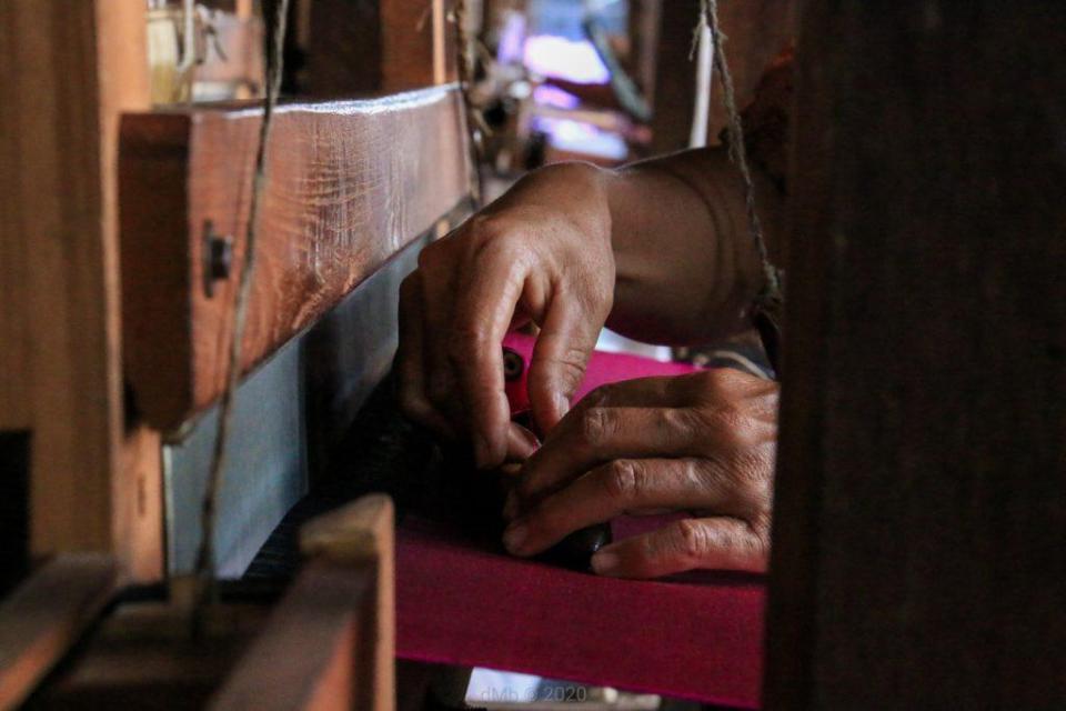 Une personne œuvrant sur du tissu déjà teint en rose - © dMb 2020