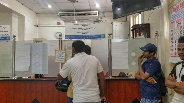 La file d'attente pour acheter le billet de train vers Kandy