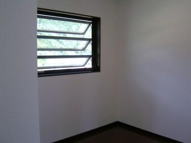 窓の種類は様々!ルーバー窓の網戸の掃除の仕方と張り替え方