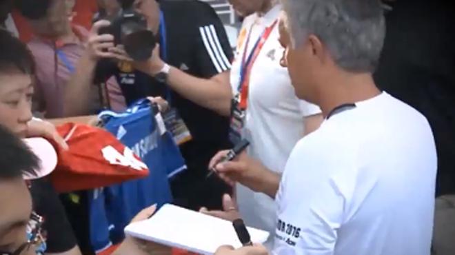 Un fan demande à Mourinho de dédicacer un maillot de… Chelsea: le coach n'a pas apprécié (vidéo)