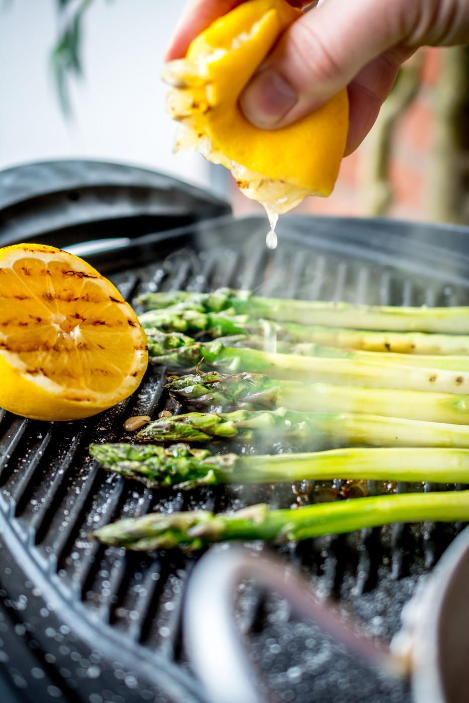 Jos on grilli kuumana, niin laitappa parsatkin sekaan