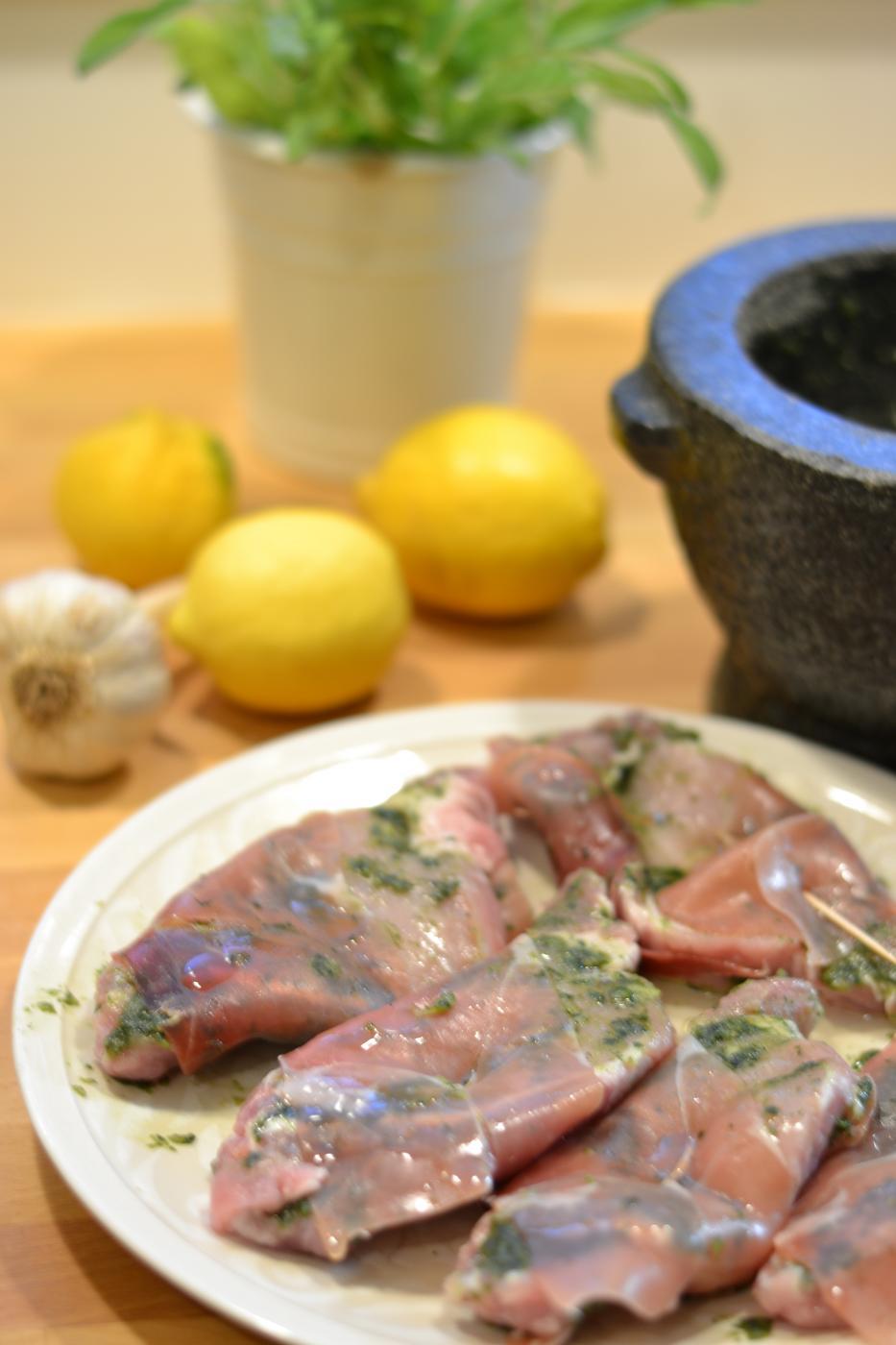 Salvialla maustetut porsaan ulkofileepihvit