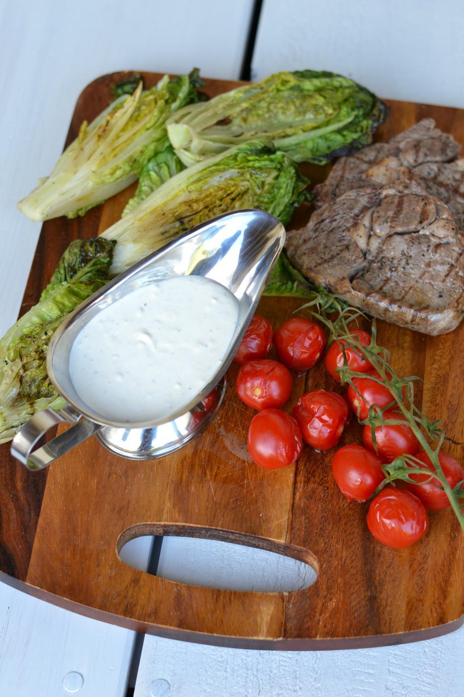 Savuinen Illallinen: Savustetut pihvit ja savustetut tomaatit vuohenjuustokastikkeella