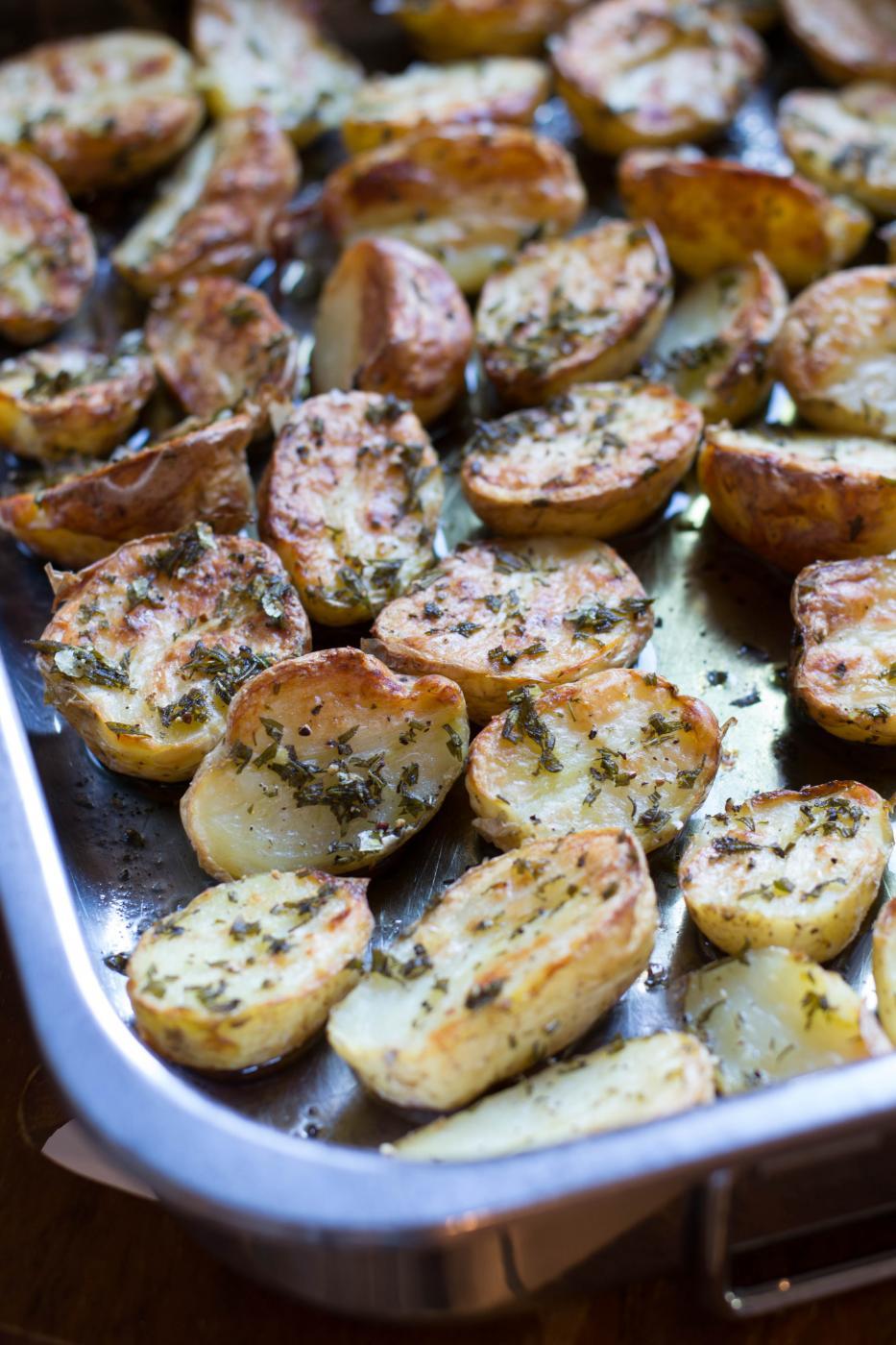 Paahdetut uudet perunat ja grillattu parsa