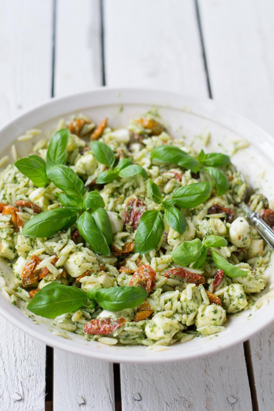 Tomaatti-mozzarellapastasalaatti