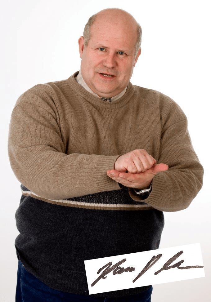 Hans Litz zeigt mit der rechten Faust auf die linke Handfläche wie Rutschsicherheit und Anti-Dröhn sich anfühlt.