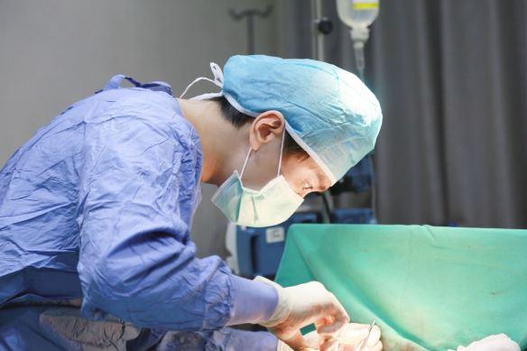 台北羅丹診所詹佳孟醫師平胸縮胸手術