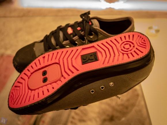 普通の靴にはない謎のネジ