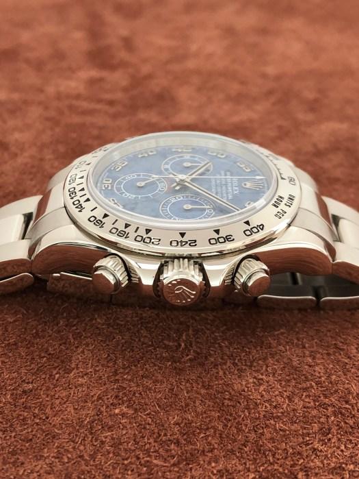 ロレックス(ROLEX)コスモグラフ デイトナ Ref.116509 18KWG D98番 ブルー ソーダライト アラビア 文字盤 中古の竜頭側からアップ