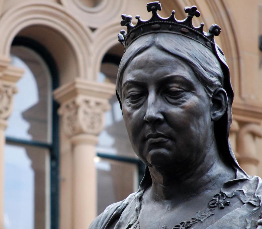 sculpture-of-queen-victoria