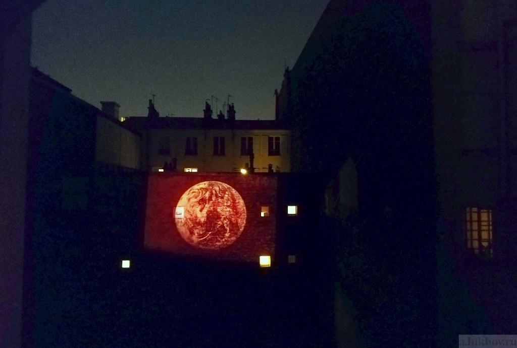 Paris COVID pleasures: night projection entertainment (Moon)