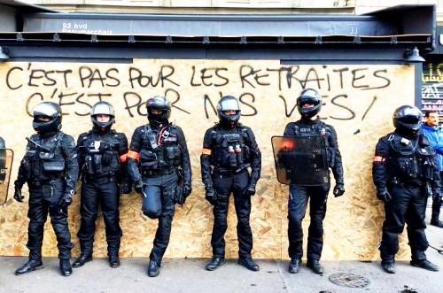 Французские полицейские на демонстрации в Париже