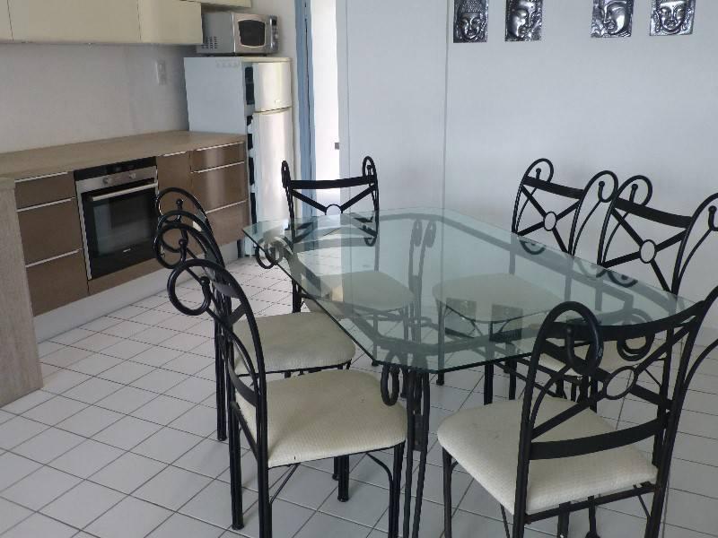 table verre et fer forge et 6 chaises