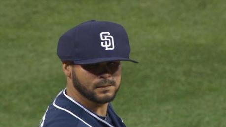 Los lanzadores y su protección ante lines drives a la cabeza gorras protectoras pitchers Alex Torres con el primer prototipo de gorra protectiva que utilizó en la temporada 2014