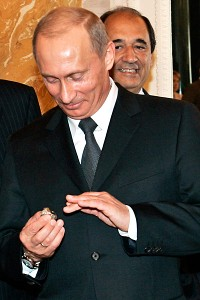 Vladimir puts on Robert Kraft's Superbowl Ring and apparently steals the NFL owner's item.