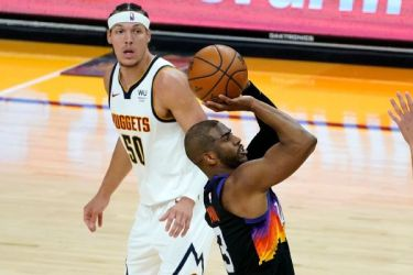 Paul takes over in 4th to close out Suns' G1 win