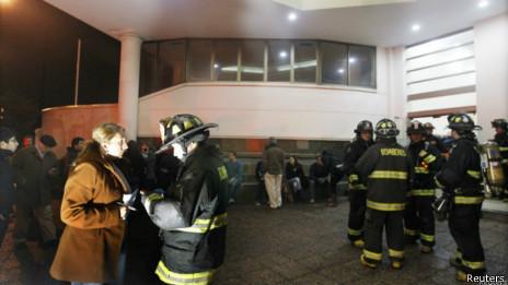 Bomberos chilenos tras el sismo
